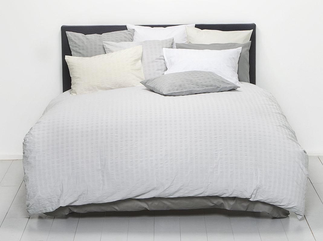bettw sche b gelfrei fischbacher cloqu in 4 noncoleurs von christian fischbacher. Black Bedroom Furniture Sets. Home Design Ideas