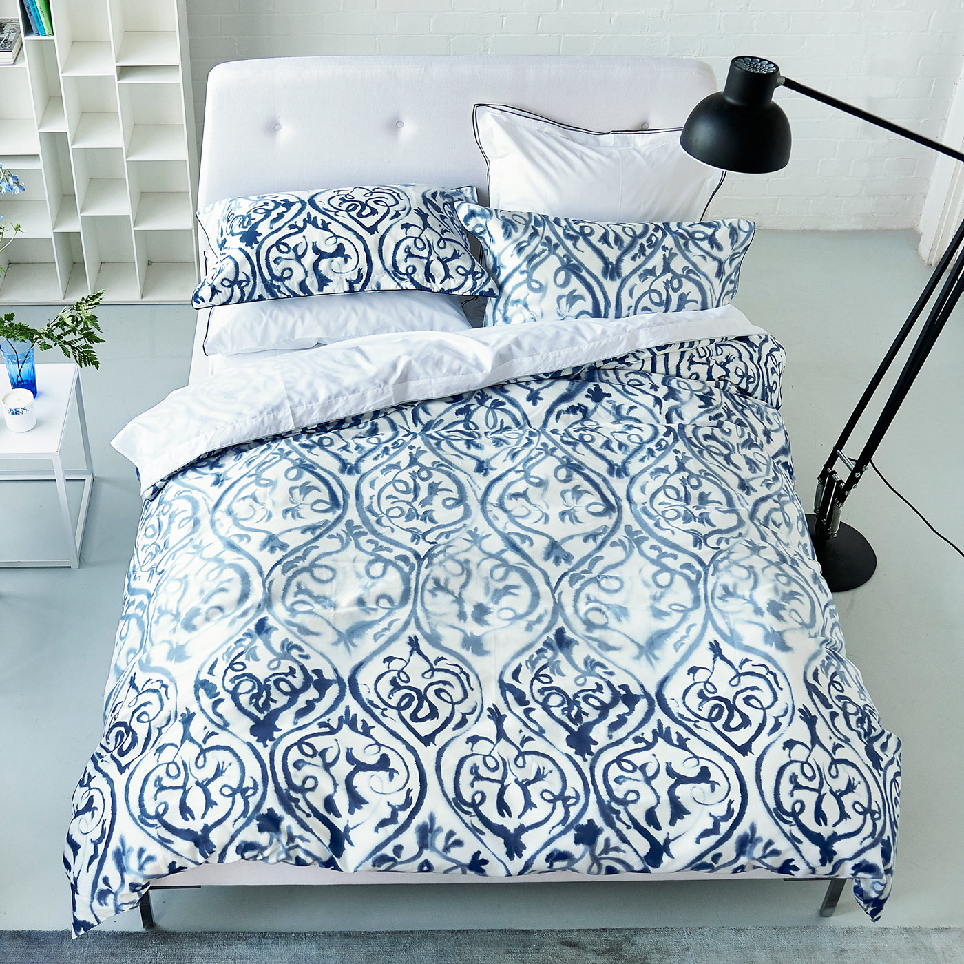 satinbettw sche arabesque indigo von designers guild bedandroom. Black Bedroom Furniture Sets. Home Design Ideas
